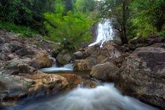 Cascada en bosque profundo Imagenes de archivo