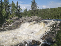 Cascada Kivakkakoski, umbral de Kivakksky en Karelia primer Fotos de archivo libres de regalías