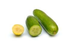 Cetriolo fresco e limone isolati su bianco Immagine Stock