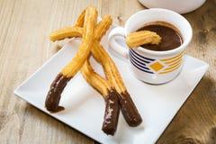 Churros mit heißer Schokolade und Zucker Lizenzfreie Stockbilder