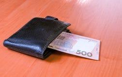 Cinco cem cédulas ucranianas do hryvnia na bolsa preta Fotos de Stock Royalty Free
