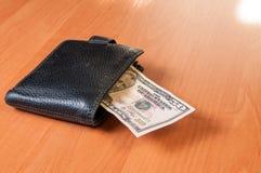 Cinqüênta dólares na prancha de madeira com carteira Imagem de Stock