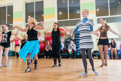 Classe de dança para o fundo do borrão das mulheres Imagens de Stock Royalty Free