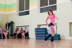 Classe de dança para o fundo do borrão das mulheres Imagens de Stock