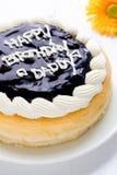 Close-up do close-up do bolo do feliz aniversario/do bolo feliz aniversario/do bolo feliz aniversario na tabela de madeira branca Imagens de Stock
