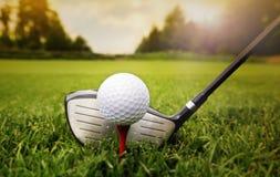 Club de golf y bola en hierba Fotografía de archivo libre de regalías