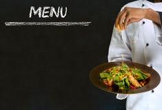Cocinar al hombre de la lista con la comida Imágenes de archivo libres de regalías