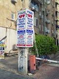 Colonna di pubblicità con gli scritti russi ed ebraici Immagini Stock
