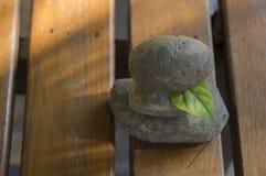 Concetto di legno della pietra del pavimento della tri pila spirituale della roccia di zen Immagine Stock