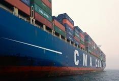 Containerschiff CMA-CGM Gidra, das auf den Straßen am Anker steht Primorsky Krai Ost (Japan-) Meer 22 07 2015 Lizenzfreies Stockfoto