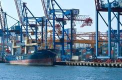 Containerschiff FESCO Pevek, das am Liegeplatzcontainerbahnhof steht vladivostok Ost (Japan-) Meer 02 09 2015 Stockfotos