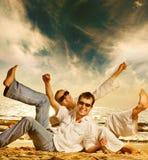 Coppie che hanno divertimento sulla spiaggia Fotografie Stock