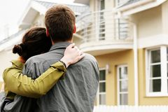 Couple in front of one-family house Royalty Free Stock Images
