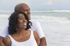 Couples aînés heureux d'Afro-américain sur la plage Image libre de droits