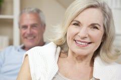 Couples heureux d'homme aîné et de femme souriant à la maison Photos libres de droits