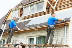 Couvrir le travail de toit de câble Images libres de droits