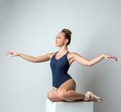 Dançarino atrativo que levanta as mãos graciosamente de ondulação Fotos de Stock Royalty Free