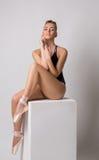 Dançarino de bailado sensual que levanta o assento no cubo Fotografia de Stock Royalty Free
