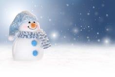 De achtergrond van de winter met een sneeuwman, een sneeuw en sneeuwvlokken Stock Fotografie