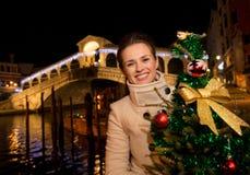De Kerstboom van de vrouwenholding dichtbij Rialto-Brug in Venetië, Italië Stock Foto's