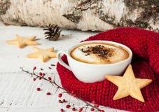 De koffie van de de wintercappuccino in witte kop met Kerstmiskoekjes Stock Fotografie