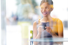 De levensstijl van de bedrijfs stadskoffie vrouw op smartphone Royalty-vrije Stock Fotografie