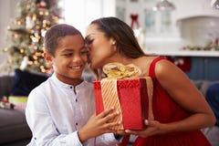 De moeder die Kerstmis geven stelt thuis aan Zoon voor Royalty-vrije Stock Foto