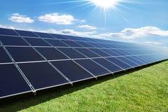 De rij van zonnepanelen Stock Foto's