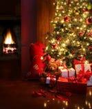 De scène van Kerstmis met boom en brand op achtergrond Stock Fotografie