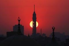 De toren van Kaïro en oude moskees tijdens zonsondergang Stock Afbeeldingen