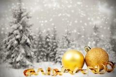 Decorazioni di Natale contro il fondo di inverno Fotografie Stock