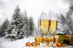 Decorazioni e champagne di Natale contro il fondo di inverno Fotografia Stock