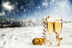 Decorazioni e champagne di Natale contro il fondo di inverno Immagini Stock Libere da Diritti