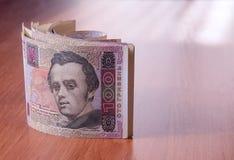 Deposite o rolo do hryvnia ucraniano na tabela Imagem de Stock