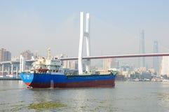 Der Huangpu-Fluss und Nanpu-Brücke Lizenzfreie Stockfotos