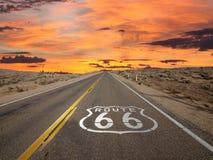 Desierto de Mojave de la salida del sol de la muestra del pavimento de la ruta 66 Fotografía de archivo libre de regalías