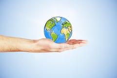 Die ganze Welt in Ihrem Handkonzept mit der Hand und gezogener Erde Lizenzfreies Stockbild