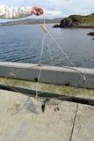 Die männliche Hand hält eine selbst gemacht Falle für Krabben gegen das Barentssee Stockbild