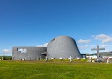 Die moderne Kirche Blonduoskirkja-yngri nahe Blonduos in Island Stockfoto