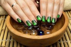 Die Nägel der Schönheit mit netter stilvoller Maniküre Lizenzfreies Stockfoto