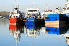 Die Parkschiffe im Flusshafen Lizenzfreies Stockfoto