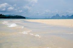 Die ruhigen Wellen gehen in Korallensände auf den Strand setzen an Phangnga-Bucht Lizenzfreie Stockfotos