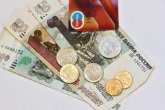 Dinheiro do russo - notas e moedas, e pagamento plástico do cartão Imagem de Stock Royalty Free
