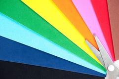 Documento colorato e forbici Fotografia Stock