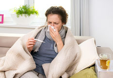Donna ammalata con il termometro. Influenza Fotografia Stock