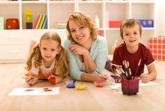 Donna e bambini che fanno illustrazione pesante Fotografie Stock
