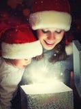 Doos van de Kerstmis de magische gift en een gelukkige familiemoeder en een baby Royalty-vrije Stock Foto