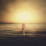 Een hand die uit het water komen Royalty-vrije Stock Foto's