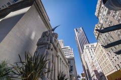Ehemaliges pazifisches Börsegebäude mit den monumentalen Skulpturen geschaffen vom amerikanischen Künstler Ralph Stackpole Stockfotos