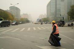 Ein Reiniger in verunreinigter Luft Stockbild